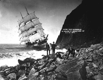 Crew members pose in front of the Glenesslin, stranded on the rocks by Neahkahnie Mountain.