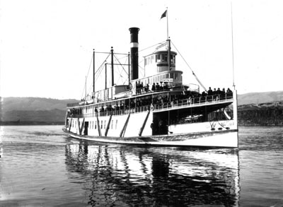 The Bailey Gatzert at cruising speed on the Columbia, decks full of passengers, probably sometime early in the 20th century.